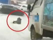 Người đàn ông nhanh tay kéo cô gái ngã ngay trước đầu xe tải