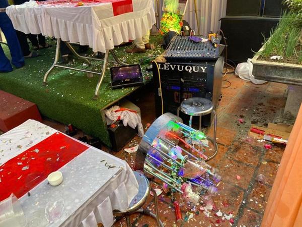 Mời bố uống rượu không được, chú rể ném bay ly, phá tan cả một sân khấu làm lễ khiến cô dâu cùng nhiều người hoảng hốt-1