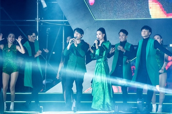 Đông Nhi, Ông Cao Thắng tái hiện 'đám cưới thế kỷ' trên sân khấu #Freetolove-1