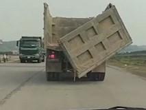 Xe tải sụp hố tử thần khi đang di chuyển trên đường