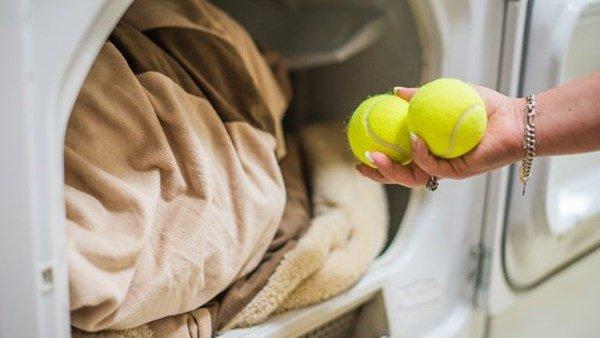 Lấy 2 quả bóng cho vào máy giặt, hiệu quả bất ngờ mẹ nào cũng nên học theo-1
