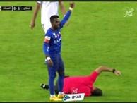 Hy hữu: Trọng tài nằm gục xuống sân đau đớn và không thể tiếp tục cầm còi sau khi dính 'đòn' của cầu thủ