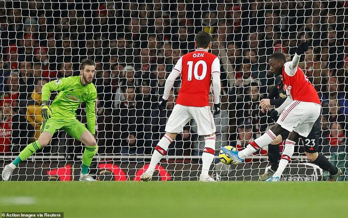 Lãnh 2 cái tát trời giáng từ Arsenal, Man United để mất cơ hội vàng trong vòng đấu lạ lùng-1