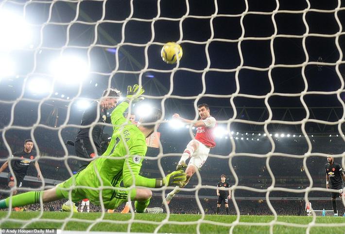 Lãnh 2 cái tát trời giáng từ Arsenal, Man United để mất cơ hội vàng trong vòng đấu lạ lùng-2