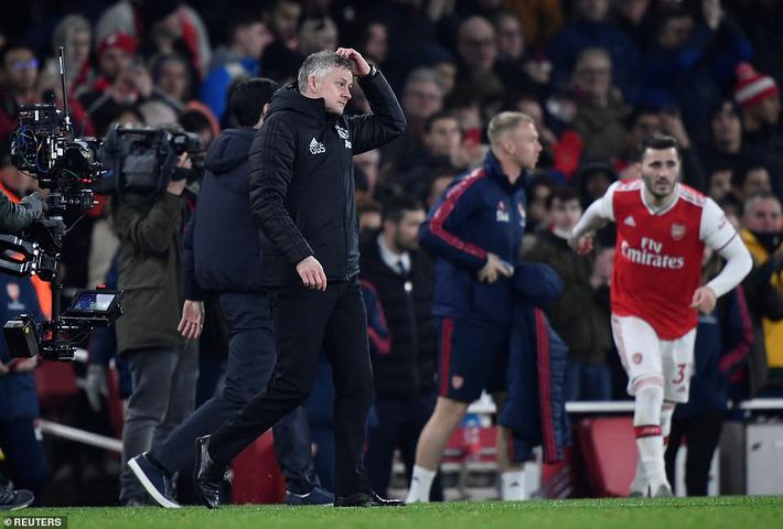 Lãnh 2 cái tát trời giáng từ Arsenal, Man United để mất cơ hội vàng trong vòng đấu lạ lùng-3