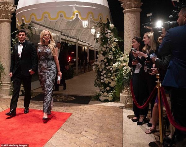 Gia đình Tổng thống Mỹ tổ chức tiệc năm mới xa hoa, quý tử Barron Trump xuất hiện chớp nhoáng, điển trai hết phần thiên hạ-1