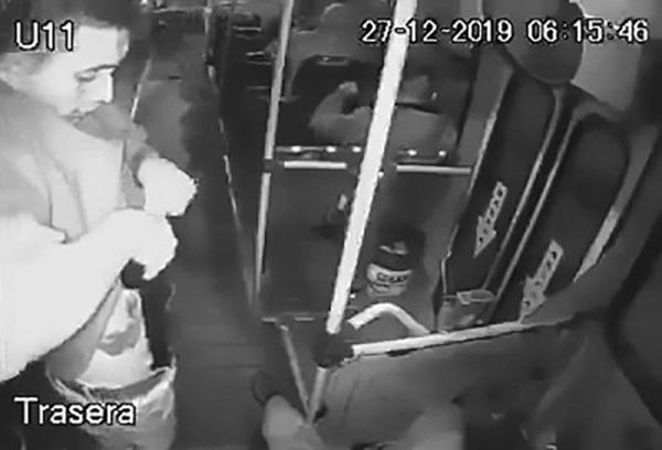 Tên cướp tự bắn chính mình khi loay hoay rút súng ra khỏi quần-1