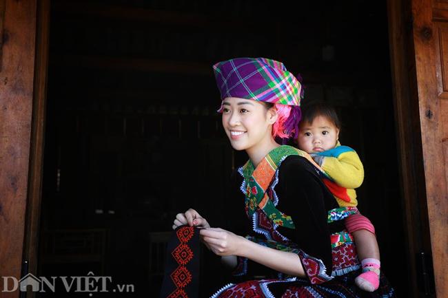 Ngắm hoa hậu Khánh Vân hóa thiếu nữ Mông, địu bé bên nhà sàn-1