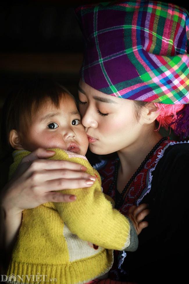 Ngắm hoa hậu Khánh Vân hóa thiếu nữ Mông, địu bé bên nhà sàn-2
