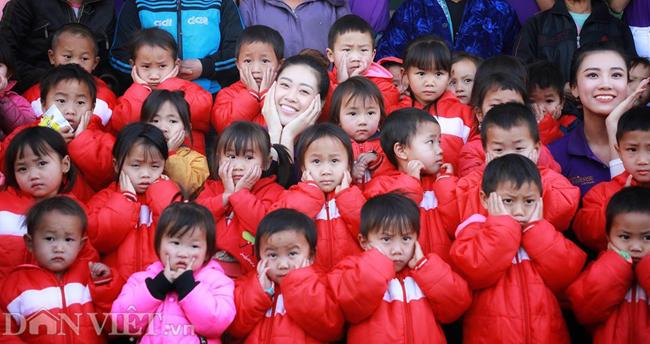 Ngắm hoa hậu Khánh Vân hóa thiếu nữ Mông, địu bé bên nhà sàn-4
