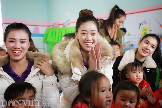 Ngắm hoa hậu Khánh Vân hóa thiếu nữ Mông, địu bé bên nhà sàn-6