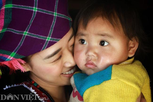 Ngắm hoa hậu Khánh Vân hóa thiếu nữ Mông, địu bé bên nhà sàn-7