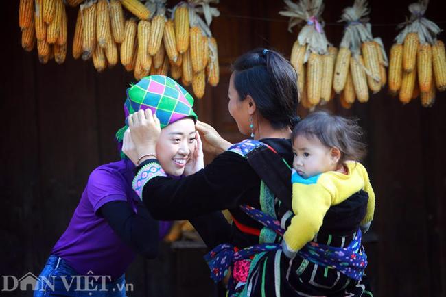 Ngắm hoa hậu Khánh Vân hóa thiếu nữ Mông, địu bé bên nhà sàn-8