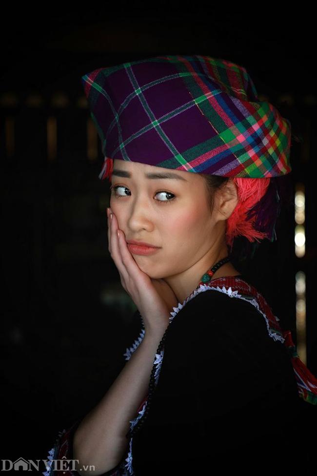 Ngắm hoa hậu Khánh Vân hóa thiếu nữ Mông, địu bé bên nhà sàn-9