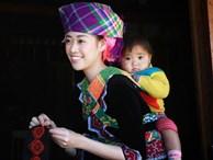 Ngắm hoa hậu Khánh Vân 'hóa' thiếu nữ Mông, địu bé bên nhà sàn