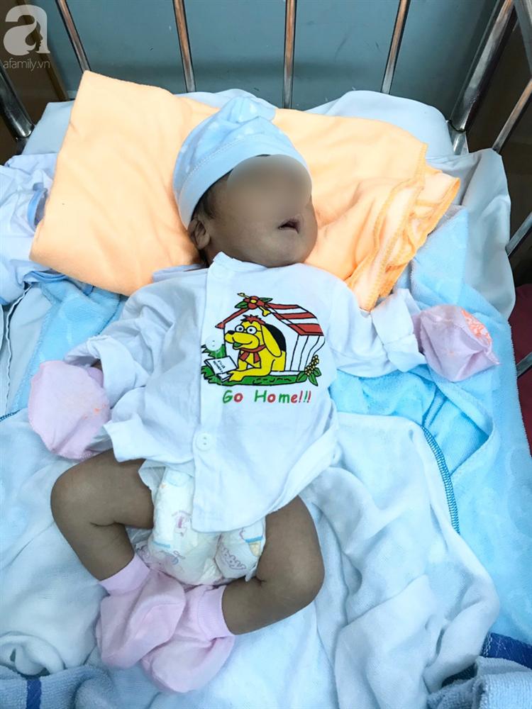 Bà ngoại rơi nước mắt, nghẹn ngào đến đón bé trai bị mẹ bỏ lại bệnh viện huyện sau khi sinh-1