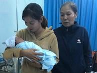 Bà ngoại rơi nước mắt, nghẹn ngào đến đón bé trai bị mẹ bỏ lại bệnh viện huyện sau khi sinh