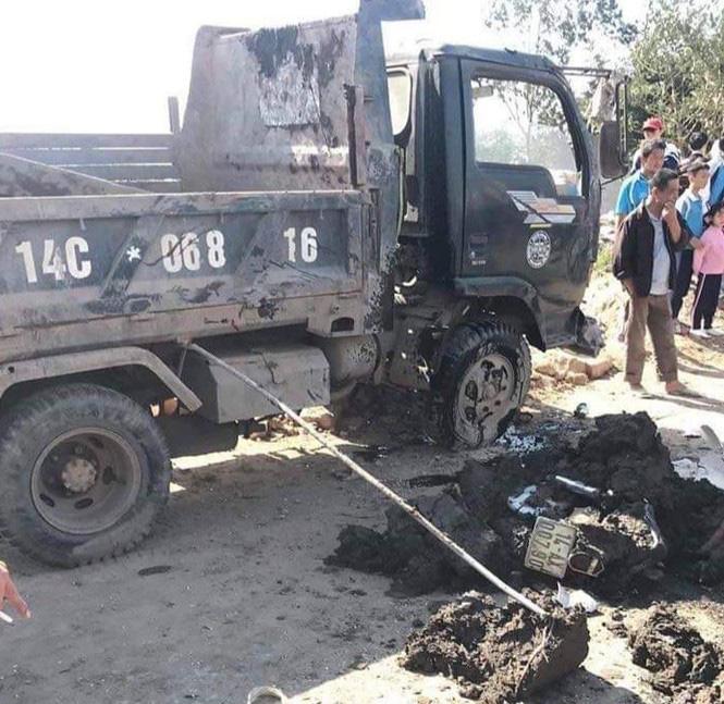 Hy hữu: Lật xe chở bùn, một nữ sinh bị vùi lấp khi đi học về-2