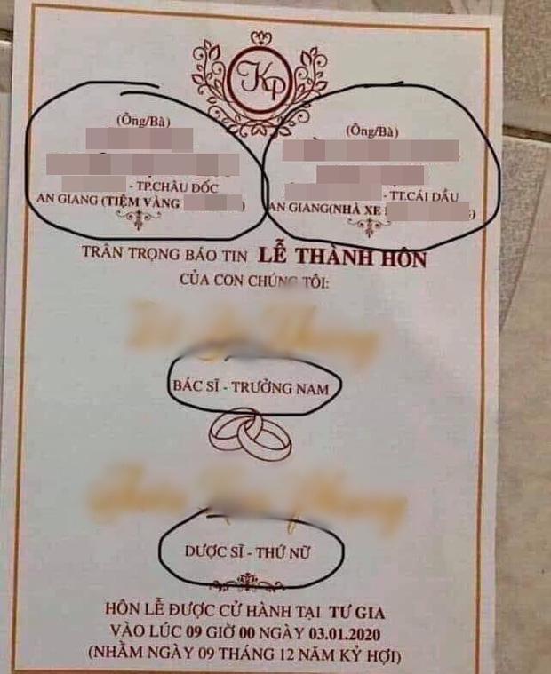 Tấm thiệp cưới nổi bần bật với nghề nghiệp, gia thế hoành tráng của đôi bên khiến dân tình xôn xao: Nhà trai chủ tiệm vàng, nhà gái chủ nhà xe-1