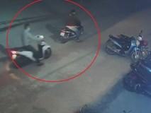 Kẻ gian trộm xe máy rồi cùng đồng bọn dùng chân đẩy đi ở Hà Nội