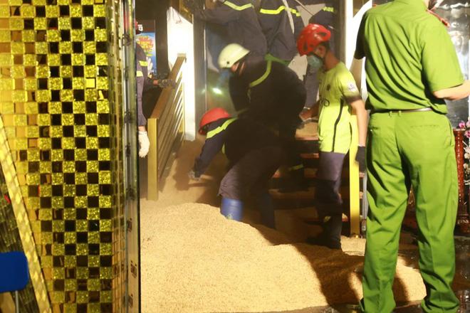 Sập trong vũ trường King Night Club: Đã đưa được thi thể nạn nhân ra ngoài-12