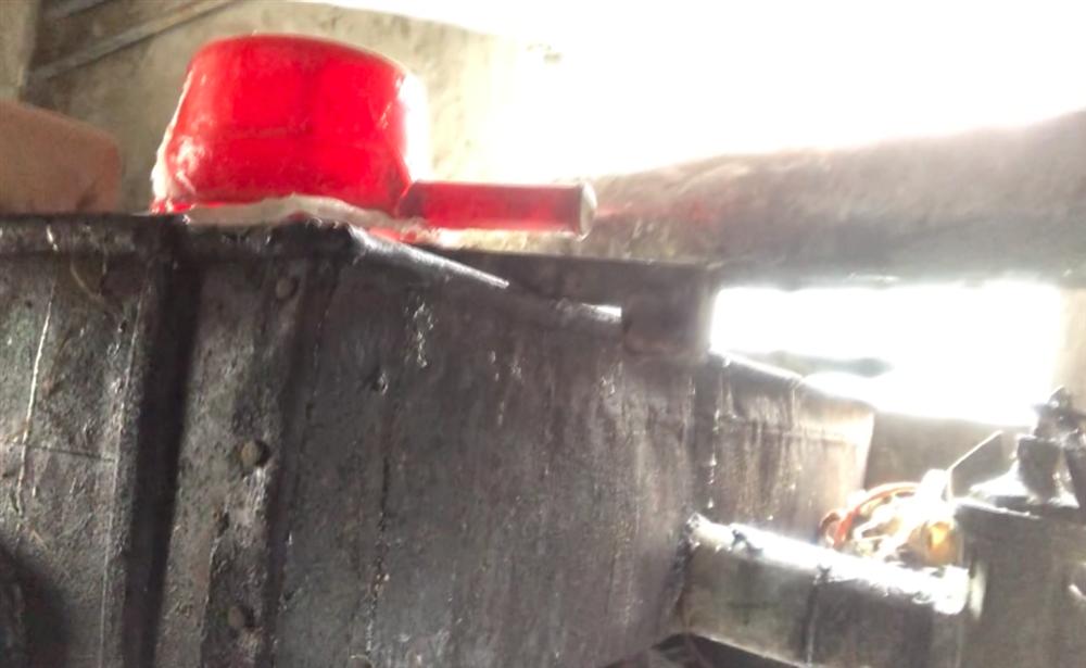 Con đường siêu bẩn sản xuất đường mạch nha: thành phẩm đựng bao cám lợn, người làm dẫm chân, khạc nhổ vào nguyên liệu-5