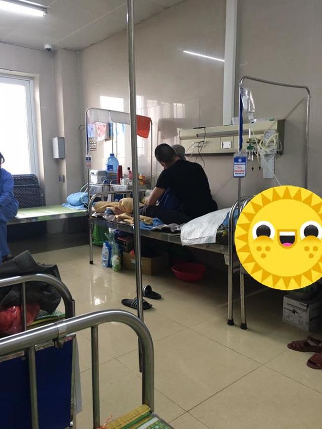Nam thanh niên chăm bố trong bệnh viện và hành động của anh khiến nhiều người trầm trồ-1