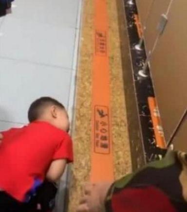 Đưa con trai 5 tuổi vào nhà vệ sinh nữ ở trung tâm thương mại, mẹ xấu hổ khi chứng kiến hành động của con-1
