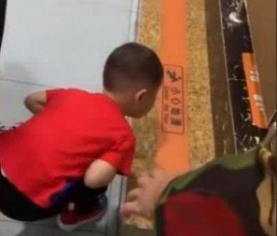 Đưa con trai 5 tuổi vào nhà vệ sinh nữ ở trung tâm thương mại, mẹ xấu hổ khi chứng kiến hành động của con-2