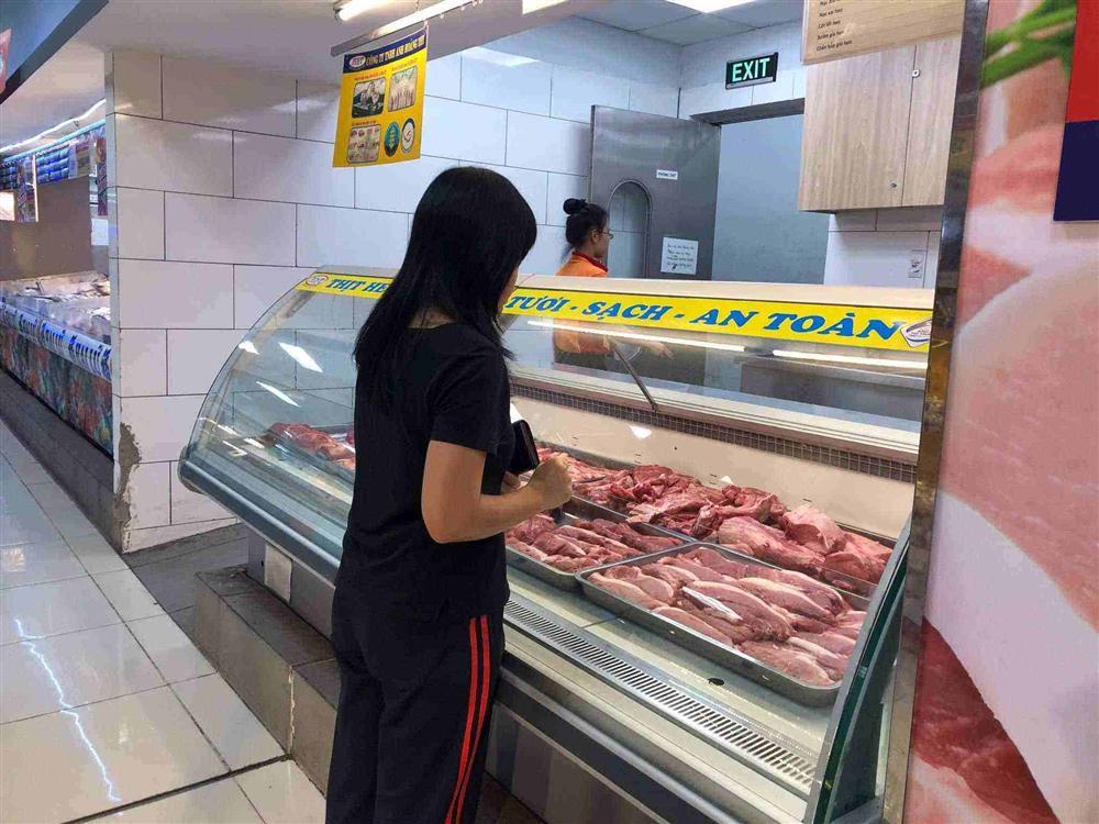 Giá thịt lợn giảm không đáng kể, chị em mua dè dặt, chọn thực phẩm khác thay thế dịp Tết-4