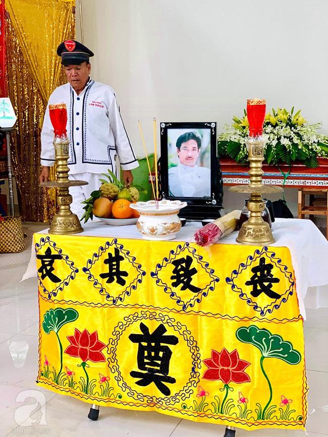 Đám tang NSƯT Nguyễn Chánh Tín: Vợ khóc ngất bên linh cữu chồng-3