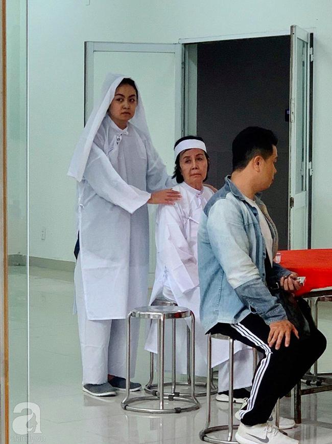 Đám tang NSƯT Nguyễn Chánh Tín: Vợ khóc ngất bên linh cữu chồng-5