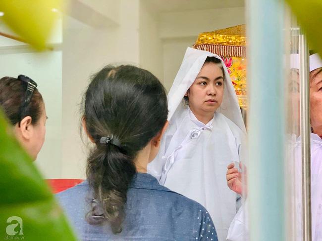 Đám tang NSƯT Nguyễn Chánh Tín: Vợ khóc ngất bên linh cữu chồng-7