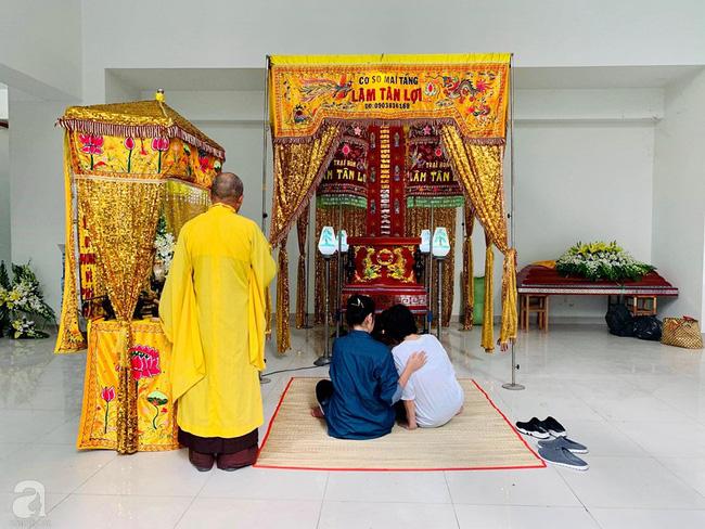Đám tang NSƯT Nguyễn Chánh Tín: Vợ khóc ngất bên linh cữu chồng-8