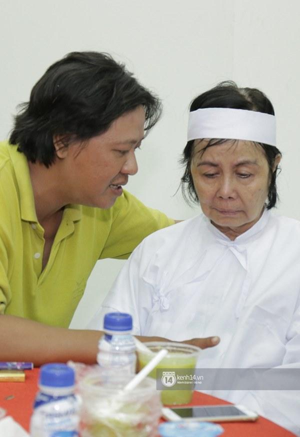 Những giọt nước mắt rơi trong lễ tang nghệ sĩ Nguyễn Chánh Tín: Tuần trước anh còn rủ đi nhậu, vậy mà giờ không còn-10