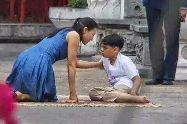 Tiểu hoàng tử Thái Lan từng gây chú ý khi quỳ lạy mẹ trong giây phút mãi chia xa gây bất ngờ với hình ảnh hiện tại-1