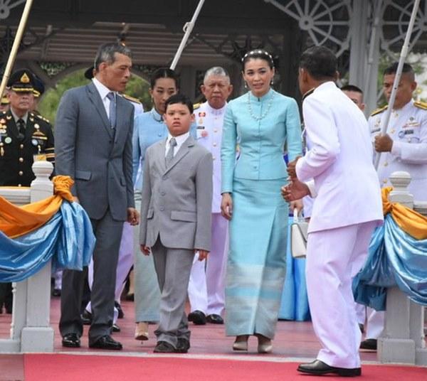 Tiểu hoàng tử Thái Lan từng gây chú ý khi quỳ lạy mẹ trong giây phút mãi chia xa gây bất ngờ với hình ảnh hiện tại-3