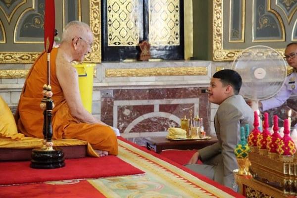 Tiểu hoàng tử Thái Lan từng gây chú ý khi quỳ lạy mẹ trong giây phút mãi chia xa gây bất ngờ với hình ảnh hiện tại-5