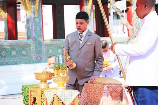 Tiểu hoàng tử Thái Lan từng gây chú ý khi quỳ lạy mẹ trong giây phút mãi chia xa gây bất ngờ với hình ảnh hiện tại-6
