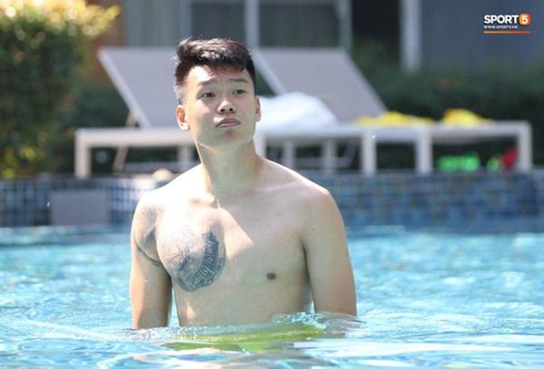 Tiến Linh cover xung quanh anh toàn là nước của Đen Vâu, tuyển thủ U23 Việt Nam khoe body săn chắc-7