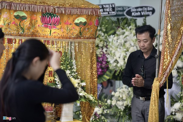 Chi Bảo, Vân Sơn và dàn nghệ sĩ đến viếng NSƯT Chánh Tín-4