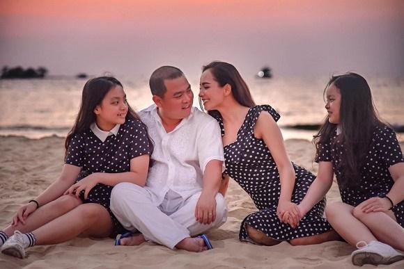 Vợ chồng Thuý Hạnh cùng hai con ngắm hoàng hôn ở Phú Quốc-1