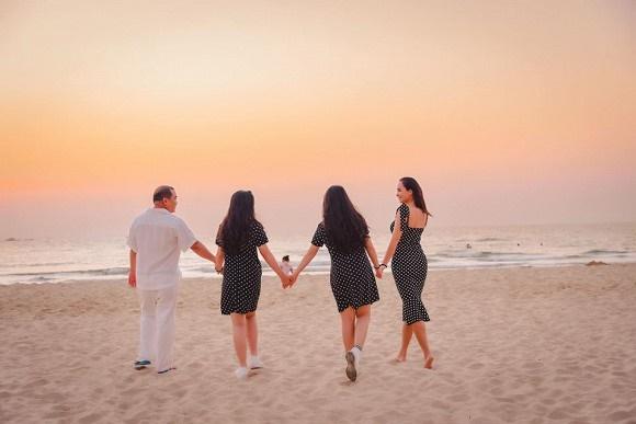 Vợ chồng Thuý Hạnh cùng hai con ngắm hoàng hôn ở Phú Quốc-8
