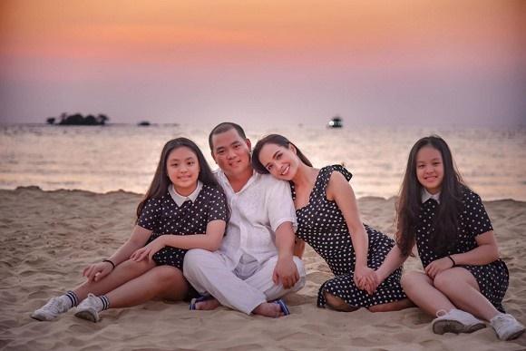 Vợ chồng Thuý Hạnh cùng hai con ngắm hoàng hôn ở Phú Quốc-2