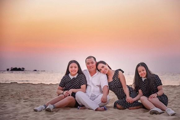 Vợ chồng Thuý Hạnh cùng hai con ngắm hoàng hôn ở Phú Quốc-3