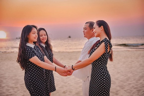 Vợ chồng Thuý Hạnh cùng hai con ngắm hoàng hôn ở Phú Quốc-4