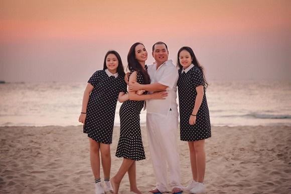 Vợ chồng Thuý Hạnh cùng hai con ngắm hoàng hôn ở Phú Quốc-6