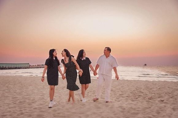 Vợ chồng Thuý Hạnh cùng hai con ngắm hoàng hôn ở Phú Quốc-7