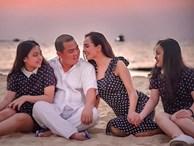 Vợ chồng Thuý Hạnh cùng hai con ngắm hoàng hôn ở Phú Quốc