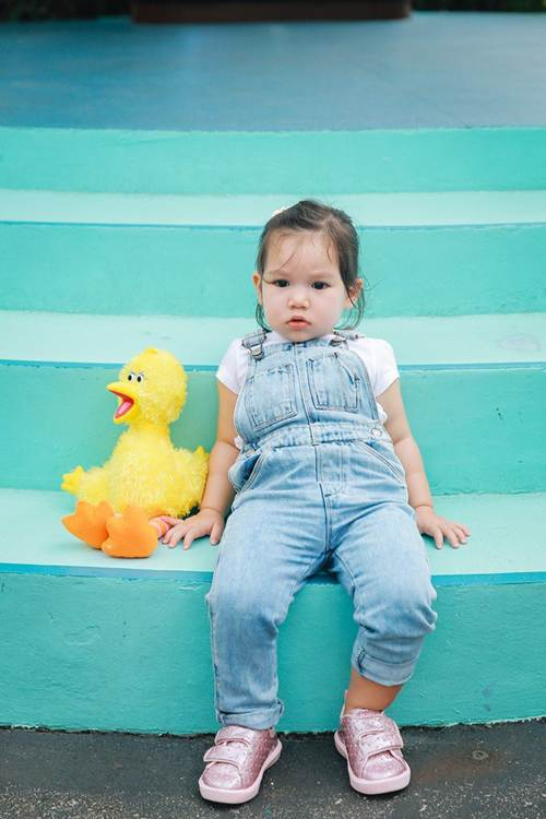 Vợ chồng Hà Anh dẫn con gái vi vu Singapore, bé Myla lí lắc xem cá heo-4